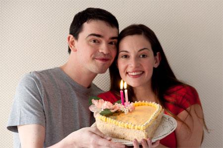 Elle et Lui tiennent un gateau