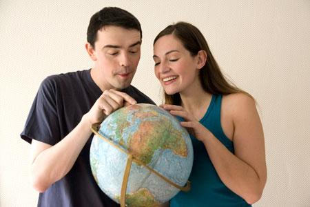 Emma et Jef autour d'un globe terrestre