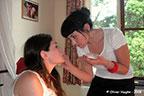 Marzia, notre maquilleuse, officie auprès d'Ariane