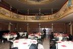 Tables dressées au Vaudeville pour le dîner-spectacle. (Photo: Daniel Ballez)