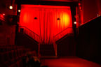 La salle du Théâtre de l'Aléna, toute de rouge illuminée...<br />(Photo : Yvonne Vansteenkiste)